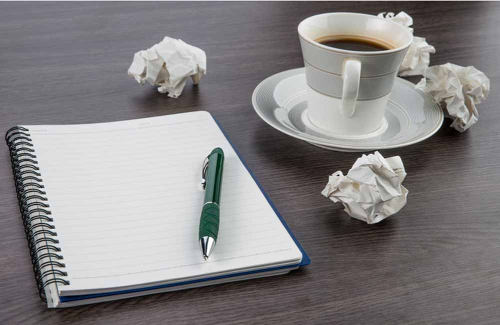 Kaffee+Papier-sind-das-wichtigste-Handwerkzeug-zum-Gagschreiben